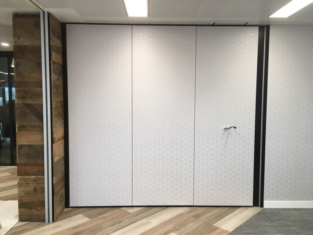 Sliding doors for a flexible meeting room