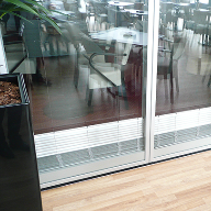New vertical-rising blind for glass partition panels