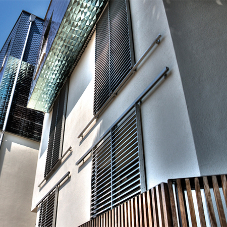 Flat Bar sliding shutter: the latest in solar control