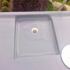 How is the number of rainwater outlets required to drain the roof calculated?