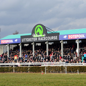 Uttoxeter Racecourse backs a cool winner with Daikin R32 splits