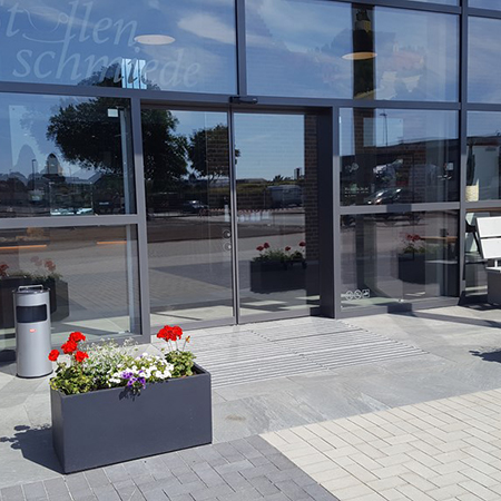 Welcoming entrance at Strullenschmiede with Eco automatic sliding doors