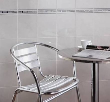 The Oxford wall tile is complemented by the platinum highlights of the Platino strip